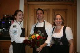 Franziska 14 2104 strahlende Jungküchin mit Chef u Gattin